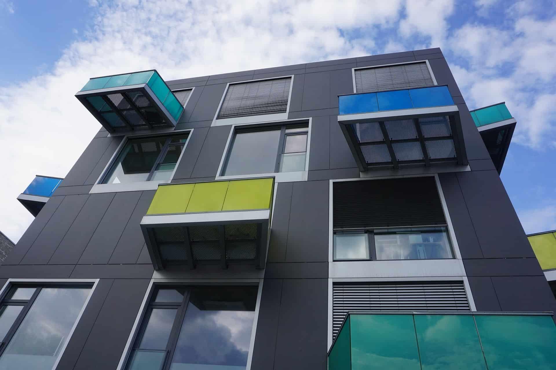 Wohnblock mit Balkon